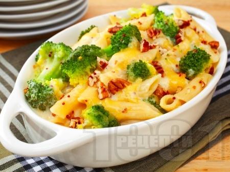 Печени солени макарони (пене) с броколи, яйца, орехи, прясно мляко, сирене пармезан и сметана на фурна - снимка на рецептата